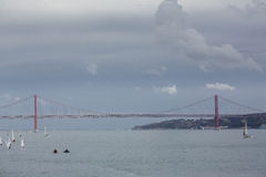 Das 25 De Abril Bridge in Lissabon, Portugal Lizenzfreie Stockbilder