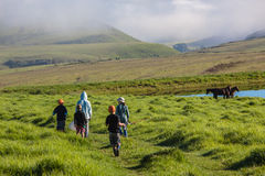 Montañas que van pescando a niños   Foto de archivo