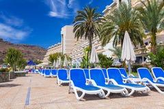 Días de fiesta de Sun en la piscina del hotel de Lago Taurito del paraíso Fotos de archivo