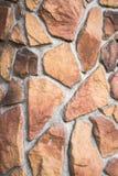 Das dekoratives Fassadengegenüberstellen oder -vorlage pflasterten die Bahn, gemacht als asymetrisches Mosaik des Natursteins der Lizenzfreie Stockbilder