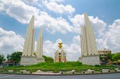 Das Demokratie-Monument mit dem Verkehr, besetzt es einen Kreisverkehr auf der breiten Ost-West-Ratchadamnoen-Allee Stockfoto