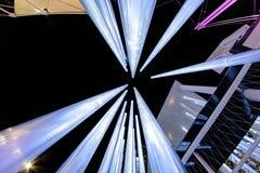 Das Design der großen glühenden Neonröhren Stockfotos