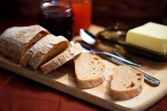 Das Detail des selbst gemachten dunklen ciabatta zum Frühstück auf dem Picknick Stockbild
