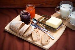Das Detail des selbst gemachten Frühstücks auf dem Picknick Stockfotos
