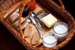 Das Detail des selbst gemachten Frühstücks auf dem Picknick Stockbilder