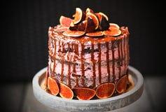 Das Detail des selbst gemachten vorbereiteten Feigenkuchens des Geburtstages mit Schokoladenglasur Stockfoto
