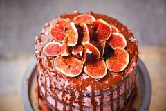Das Detail des selbst gemachten vorbereiteten Feigenkuchens des Geburtstages mit Schokoladenglasur Lizenzfreies Stockfoto