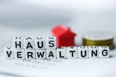 Das deutsche Wort-Eigentumsmanagement, das durch Alphabet gebildet wird, blockiert: HAUSVERWALTUNG Lizenzfreies Stockfoto
