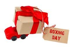 Das 26. DEZEMBER-Konzept Rotes Spielzeugauto, das Geschenkkasten mit ta liefert Lizenzfreie Stockbilder