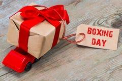 Das 26. DEZEMBER-Konzept Rotes Spielzeugauto, das Geschenkkasten mit ta liefert Stockfoto