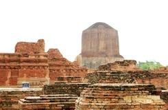 Das Dhamekh Stupa von den Hauptschreinruinen, Sarnath Stockfotos