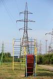 Das Dia der Kinder auf Hintergrund der Stromleitungen Lizenzfreie Stockfotos