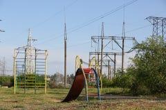 Das Dia der Kinder auf Hintergrund der Stromleitungen Lizenzfreies Stockbild