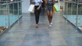 Das Dia, das von den Afrikanerinnen geschossen wird, gehen am Einkaufszentrum mit Verkaufstaschen stock video footage