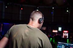 Das DJ auf dem djoteka bei der Arbeit stockfoto