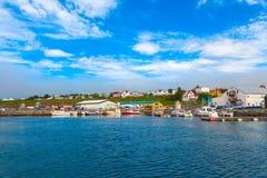 Das Dock des Schiffs in der Stadt Husavik in Island stockfotografie