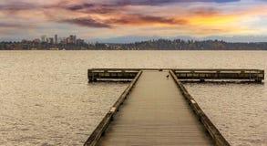 Das Dock am Madrona-Strand Stockfotos