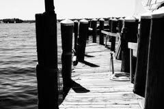 Das Dock in Schwarzweiss Stockfoto