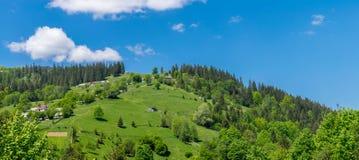 Das Dorf auf dem Hügel lizenzfreies stockfoto