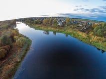 Das Dorf auf den Banken des Flusses Mologa Lizenzfreies Stockfoto