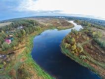Das Dorf auf den Banken des Flusses Mologa Lizenzfreies Stockbild