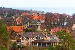 Das Dorf auf der Bucht, Ansichten des Dorfs von oben, mehrfarbige Dächer stockfotos