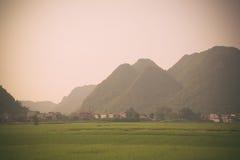 Das Dorf in der Natur (Reis und Berg) stockfoto