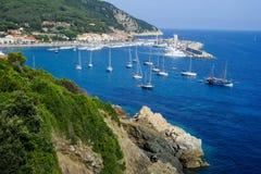 Das Dorf des Marciana Jachthafens auf Elba-Insel stockfotos