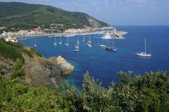 Das Dorf des Marciana Jachthafens auf Elba-Insel lizenzfreie stockbilder
