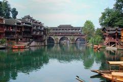 Das Dorf durch den Fluss Lizenzfreie Stockfotografie