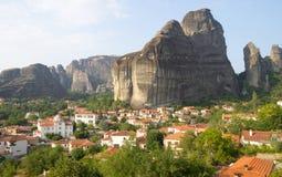 Das Dorf am Fuß von Meteora in Griechenland Lizenzfreie Stockfotografie