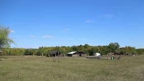 Das Dorf mit den Wohnungen des Steins und des Bronzezeitalters stock video