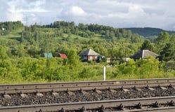 Das Dorf nahe der Eisenbahn Stockbilder