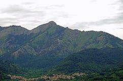 Das Dorf unter dem Berg Stockfotografie