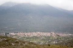 Dorf unter dem Berg Stockbilder