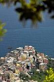 Das Dorf von Corniglia, Cinque Terre gesehen von einem Weg auf dem H?gel, der das Meer ?bersieht lizenzfreies stockfoto