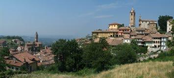 Das Dorf von Monforte d'Alba Stockfotos