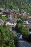 Das Dorf von Morzine mit seiner Kirche in den französischen Alpen stockbild