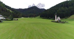 Das Dorf von Santa Maddalena Dolomite stock footage