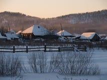 Das Dorf wird in die untergehende Sonne eingestellt Stockfoto