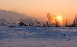 Sonnenaufgang im Winterdorf stockfoto