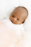 Das drei-Wochen-alte Baby, das auf dem weißen umfassenden netten neugeborenen Säuglingslügen schließen schläft, herauf die geschl Lizenzfreie Stockbilder