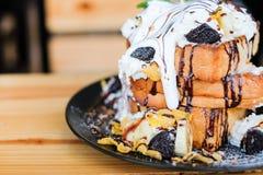 Das dreifache Toastbrot überstieg mit Schokoladensoße, Getreide, Gurren Lizenzfreie Stockfotos