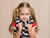 Das dreijährige Mädchen in einem kranken warmen Schal Lizenzfreie Stockfotografie