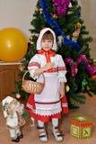 Das dreijährige Mädchen in einer Klage des kleinen Rotkäppchens Lizenzfreie Stockfotos