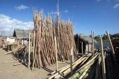 Das Dump behandelte Holz für den Zaun von Madagaskar Stockfotos