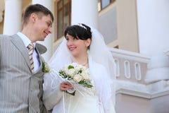 Das eben verheiratete Paar, das einander betrachtet Stockfotos