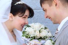 Das eben verheiratete Paar, das einander betrachtet Lizenzfreies Stockfoto