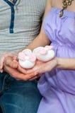 Das Ehemann- und Frau-, Mutter- und Vatihändchenhalten auf den Beuten Schwangerschaft Stockfoto