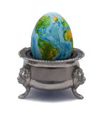 Das Ei stellt die Zerbrechlichkeit von Planetenerde dar stockfoto